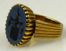 WAPPENRING ovaler, hellblauer Lagenstein mit geschnittenem Wappen in moderner, gerippter Fassung,