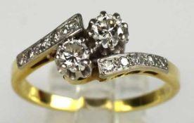 RING in der Mitte mit 2 Diamanten besetzt, kleine Diamanten auf den Schultern, Weiß-Gelbgold 14ct,