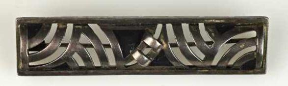 BROSCHE Art Deco, rechteckig, mit durchbrochenem geometrischen Muster, besetzt mit schwarzen
