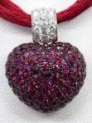Herzanhänger mit 128 Rubinen, zusammen ca. 3,20 ct und 16 Brillanten, zusammen ca. 0,25 ct, Juwelie