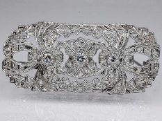 Brosche mit Altschliff-Diamanten und Diamantrosen, zusammen ca. 0,75 ct, Art Deco.