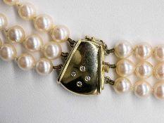 3-reihige Akoya-Perlenkette mit goldener Schließe mit 4 Brillanten, zusammen ca. 0,08 ct, 90-er Jah