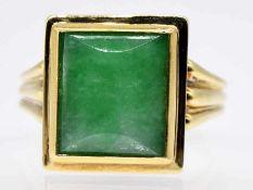 Ring mit Jade-Cabochon, Goldschmiedearbeit, 60-er Jahre.