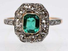 Antiker Ring mit Smaragd ca. 0,8 ct und 12 Altschliff-Diamanten, zusammen ca. 0,9 ct, Art Deco.