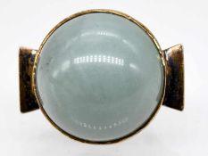 Großer Ring mit Jade-Cabochon, Goldschmiedearbeit, 80-er Jahre.