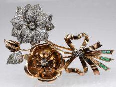 Große Blütenbrosche mit Diamanten, zusammen ca. 0,45 ct und kleinen Smaragd-Carrees, Juweliersarbe