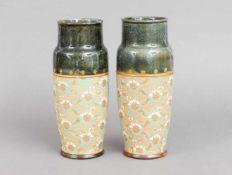 Paar Royal Doulton KeramikvasenEngland um 1900, zylindrische Gefäße, im Halsbereich schwarz-grü