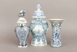3 frühe Delft Fayence-Gefäße des 18./19. Jahrhundertsbestehend aus Deckelvase, 6-Kant-Vase und