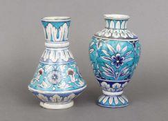 Paar orientalisch-osmanische Vasen wohl 18./19. Jahrhundert, in der Art der Iznik-Keramik des 1