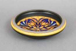 GOUDA Keramikschaleum 1910, Modell 1844, runde Schale mit eingezogenem Rand, im Spiegel Blätter