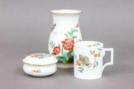 3 Teile MEISSEN Porzellan2. Hälfte 20. Jhdt., bestehend aus balusterförmiger Vase, zylindrischem