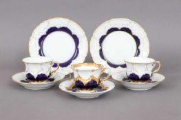 2 MEISSEN Kaffeegedecke2. Hälfte 20. Jhdt., Form ¨B-Form¨, kobaltblauer Fond, Goldstaffage, dazu 1