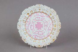 MEISSEN Prunkteller um 1820, passig geschwungene, leicht vertiefte Form, im Spiegel und auf der