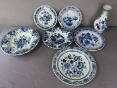 Sieben Teile Delft sechs Teller eine Vase