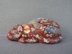 Japanische liegende Katzenskulptur handbemaltes Porzellan 24cm lang farbenfroh