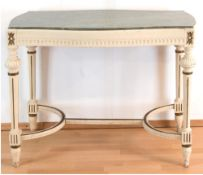 Tisch im Louis-Seize-Stil, weiß gefaßt, beschnitzt, verstrebze kannelierte Beine, 4-