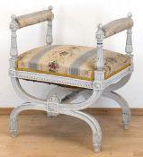 Klavierhocker im Louis-Seize-Stil, um 1900, weiß gefaßt, scherenartiges Fußgestell,gepolsterter