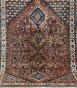 Persischer Gashgai, rot-/blaugrundig, mit zentralem Muster, 1 kl. Florfehlstelle, 2 Kantenleicht