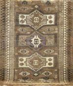 Kars, Anatolien, hellgrundig mit zentralem durchgehendem Muster, Fransen stark gekürzt,190x128 cm