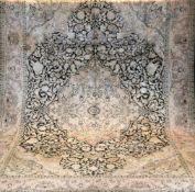 Kaschmir, Seide, hellgrundig, mit zentralem Medaillon und floralen Motiven, alle Kantenbelaufen,