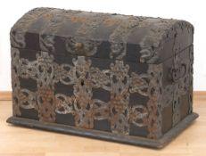 Kleine Barock-Truhe, frühes 18. Jh., Eiche, reicher Eisenbeschlag in Form von Bändern mitTrauben-