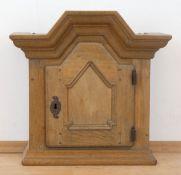 Hängeschrank im Barockstil, 20. Jh., Eiche, 1-türiger Korpus mit Trapezgiebel, 51x52x34 cm