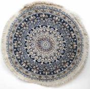 Teppich, rund, blaugrundig mit zentralem Medaillon und floralen Motiven, oval leichtbelaufen,