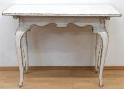 Barock-Tisch, um 1750, Weichholz, weiß gefaßt, über geschwungenen Beinen geschweifteZarge,