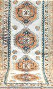 Teppich, mehrfarbig, mit durchgehendem Muster u. floralen Motiven, 2 Kanten belaufen, 1Kante besch.,
