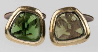 Paar Manschettenknöpfe, vergoldet, besetzt mit turmalinfarbenem Stein