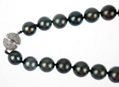 Tahitiperlen-Kette im Verlauf, Perlen-Dm. 1,4 - 1,0 cm, kugelförmiger Schraubverschluß, 18k WG und