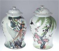 Paar Deckelvasen, groß, Porzellan, China, Balusterform, auf der Wandung Blütenzweig mitVogelmalerei,
