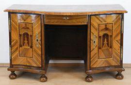 Barock-Schreibtisch, Nußbaum furniert, Türen und Seiten mit architektonischen Intarsien,