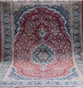 Täbriz, rotgrundig, mit zentralem Medaillon u. floralen Motiven, 2 Kanten belaufen, 1Ecke