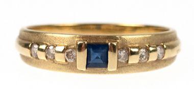 Saphir-Brillant-Ring, 585er GG, besetzt mit zentralem Saphir im quadratischem Schliff und6