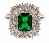 Ring, 925er Silber, rhodiniert, smaragdfarbener Zirkonia im Baguetteschliff und weißeZirkonia im