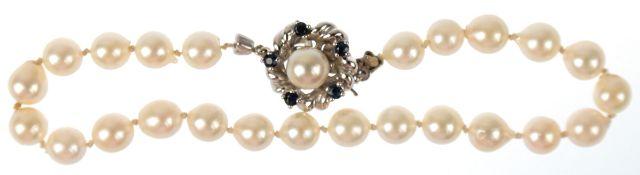 Armband, leicht barockförmige Akoya-Perlen, Schließe 585er WG, besetzt mit 1 Perle undSaphiren,