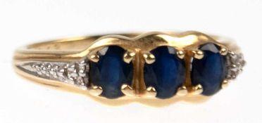 Saphir-Brillant-Ring, 585er GG/WG, besetzt mit 3 ovalen, facettierten Saphiren, RG 59,5