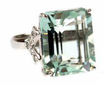 Ring, 925er Silber, rhodiniert, großer Blautopas im Baguetteschliff ca. 1,9x1,6 cm undweißenRing,