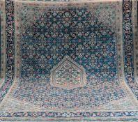 Täbriz, blaugrundig, mit zentralem Medaillon u. floralen Motiven, mittig stellenweiseleicht