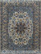 Isfahan, Persien, Korkwolle mit Seide, 1 Mio Kn/m², hellgrundig, mit zentralem Medaillonu.