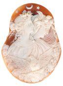 Brosche, Muschelcamée, aufwendig geschnittenes Porträt zweier Damen im wachen undschlafenden