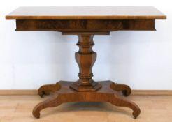 Biedermeier-Tisch, Nußbaum furniert, über 4-passig eingebogtem Fuß 6-kantige Balustersäuleund