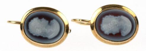 Paar Ohrhänger, 585er GG (geprüft), besetzt mit feinen Kameen mit Damenporträt aus blauemLagenstein,