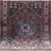 Gashgai, rotgrundig, mit zentralem Medaillon u. floralen Motiven, Kanten stark belaufen,Reinigung