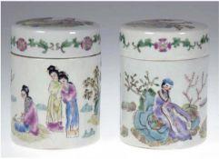 Paar Deckelgefäße, China, rote Stempelmarke, polychrome Malerei, mit Figurendekor,Deckelrand mit