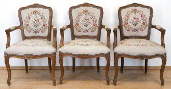 3 Sessel im Barockstil, Nußbaum, floral beschnitzt, Sitz und Rückenlehne mit floralbesticktem