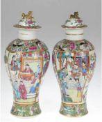Paar Deckelvasen, Japan um 1900, reiche, polychrome Floralmalerei und figürliche Szenenmit
