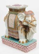 Blumenhocker in Form eines Elefanten mit Trage auf Sockel stehend, Keramik, wohl Thailand,gemarkt,