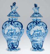 """Paar Delfter-Deckelvasen, 18. Jh., Balusterform mit floraler und figürlicher Blaumalerei,gemarkt """"De"""
